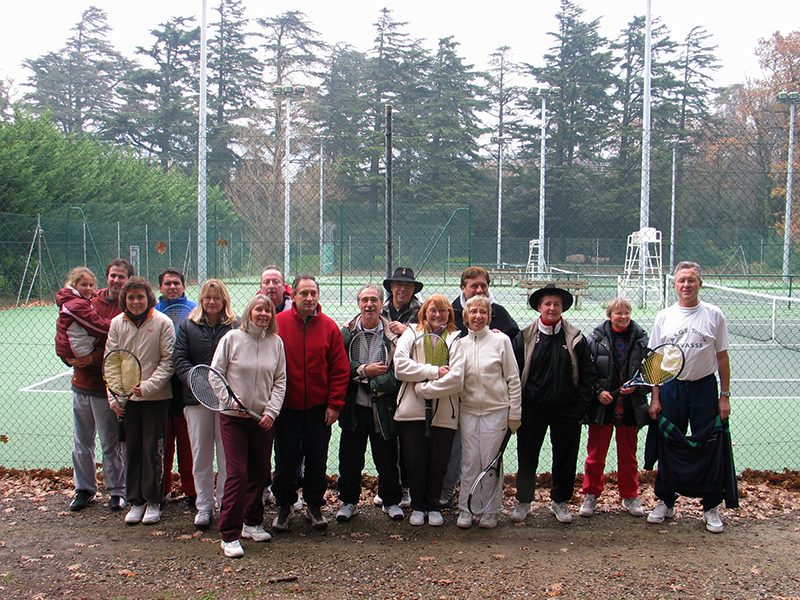 Photo de groupe après un tournoi de tennis amical